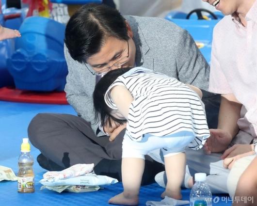 [사진]배꼽인사 받는 황교안 대표