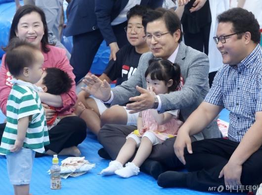 [사진]황교안, 아이들과 함께 즐거운 시간