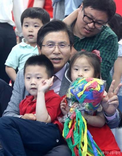 [사진]아이들과 함께하는 황교안