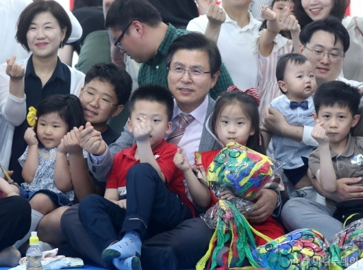 [사진]황교안, 청년부부 당원을 위한 육아파티 참석