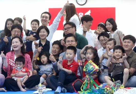 [사진]황교안 대표, 아이들과 함께 즐거운 시간
