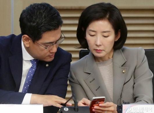 [사진]휴대폰 보며 대화하는 나경원-오신환