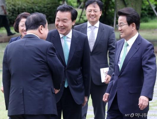 [사진]야당 대표들과 인사 나누는 국회의장