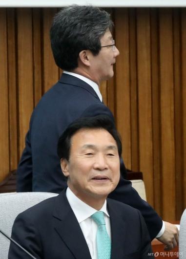 [사진]워크숍 참석하는 손학규-유승민