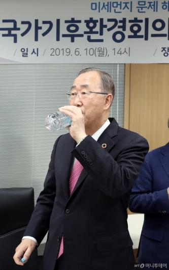 [사진]목 축이는 반기문 위원장