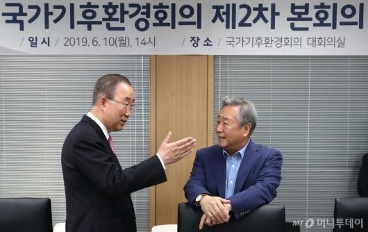 [사진]이야기하는 반기문-김숙 위원장