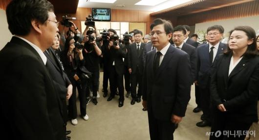 [사진]유가족 위로하는 황교안 대표