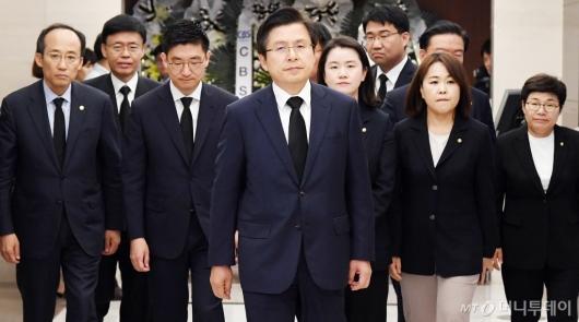[사진]고 이희호 여사 빈소 들어서는 황교안 대표