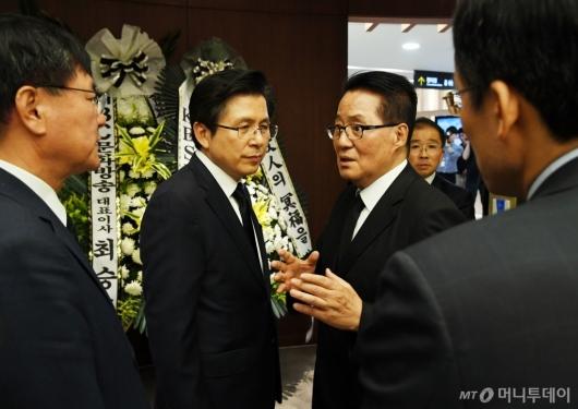 [사진]대화 나누는 황교안-박지원