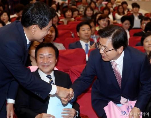 [사진]악수 나누는 황교안-오신환