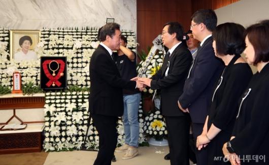 [사진]故 이희호 여사 유가족 위로하는 이낙연 총리