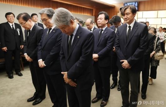 [사진]고 이희호 여사 빈소 찾은 청와대 조문단