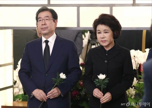 [사진]고 이희호 여사 빈소 찾은 박원순 서울시장 부부