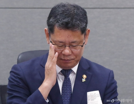 [사진]김연철 장관의 고민