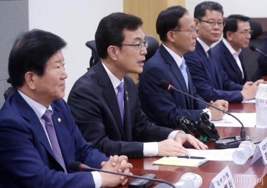 [사진]국회 외통위 당정협의 발언하는 조세영
