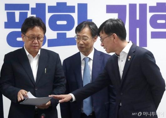 [사진]정무위 소관부처 예산 및 법안 당정협의하는 김상조