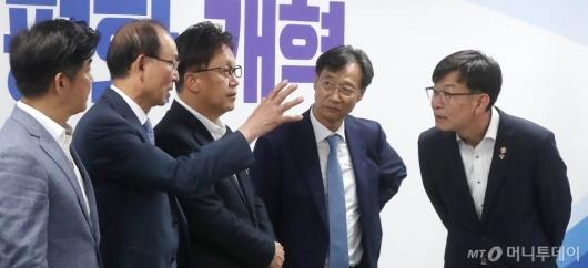 [사진]정무위 의원들과 의견 나누는 김상조 위원장
