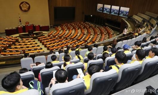 [사진]텅빈 국회 본회의장 바라보는 어린이들