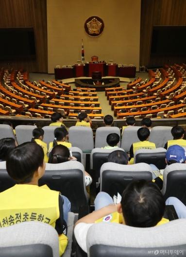 [사진]텅빈 국회 본회의장 바라보는 학생들