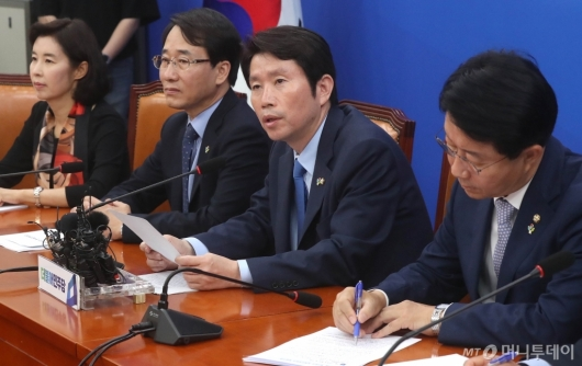 [사진]정책조정회의 발언하는 이인영