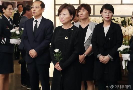 [사진]고 이희호 여사 빈소 찾은 진선미 장관