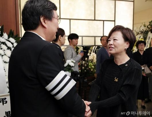 [사진]김홍업 전 의원 위로하는 진선미 장관