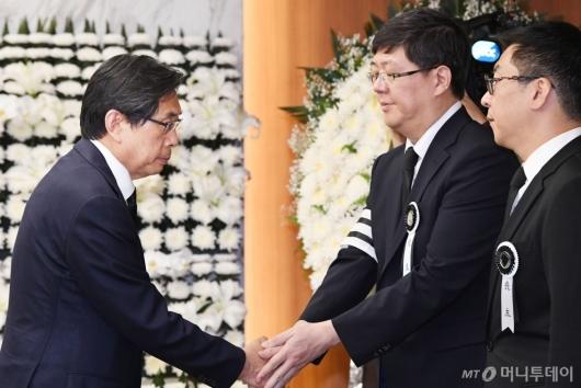 [사진]김홍걸 의장 위로하는 박상기 법무장관