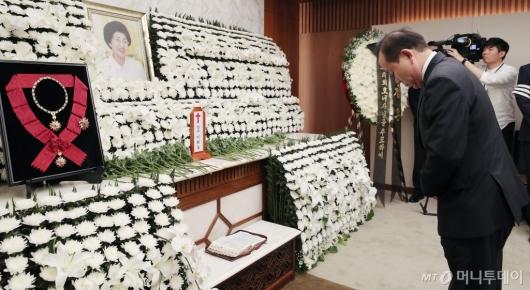 [사진]고 이희호 여사 빈소 찾은 김이수 전 헌법재판관
