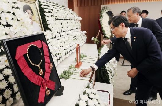 [사진]故 이희호 여사 빈소 조문하는 박상기 법무부 장관
