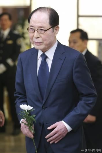[사진]헌화하는 권영길 전 의원