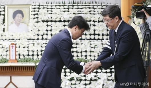 [사진]유가족 위로하는 진성준 전 서울시 정무부시장