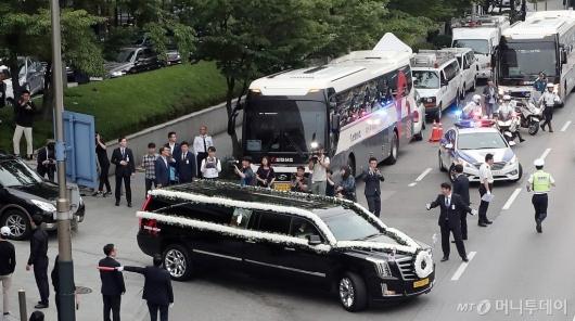 [사진]장례 예배 위해 떠나는 운구행렬