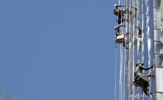 [사진]'하늘을 청소하는 사람들'