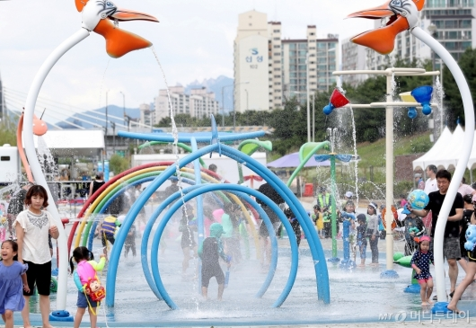 [사진]'도심 속 시원한 물놀이장'