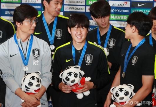 [사진]플래시 세례 받는 '골든볼' 이강인 선수