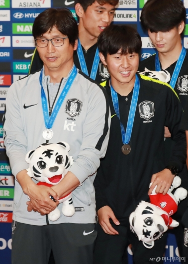 [사진]플래시 세례 받는 정정용 감독-이강인 선수
