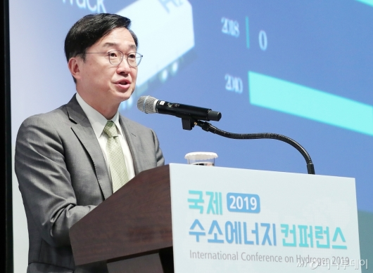 [사진]한국 수소경제 로드맵 발표하는 김정일 국장