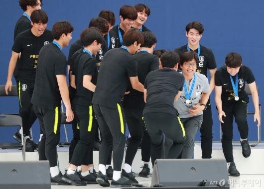 [사진]U20 대표팀에 잡힌(?) 정정용 감독
