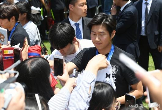 [사진]팬들에게 사인 해주는 이강인 선수
