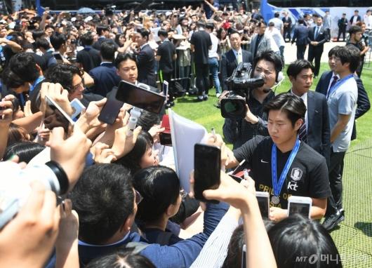 [사진]팬들 만난 이강인