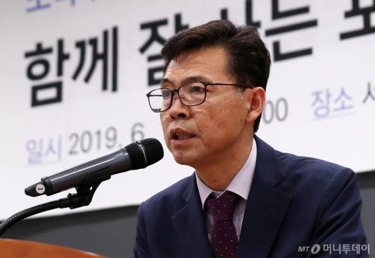 [사진]인사말하는 홍장표 소득주도성장특별위원장