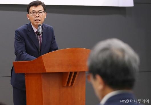[사진]인사말하는 홍장표 위원장