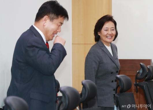[사진]환담하는 박영선 장관-홍의락 간사