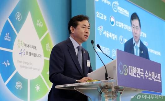 [사진]개회사하는 김영춘 수소경제포럼 대표의원
