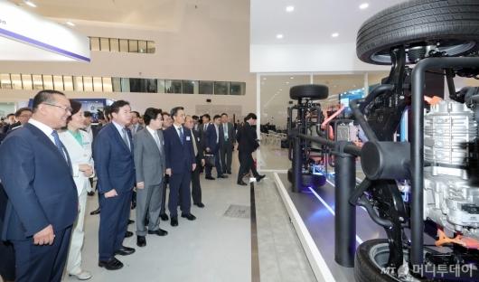 [사진]현대자동차 부스 살펴보는 박영선 장관