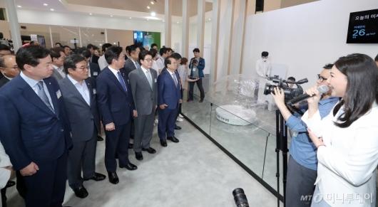 [사진]미세먼지 줄이는 수소기술 살펴보는 참석자들