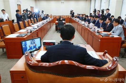 [사진]한국당 불참한 기재위 전체회의