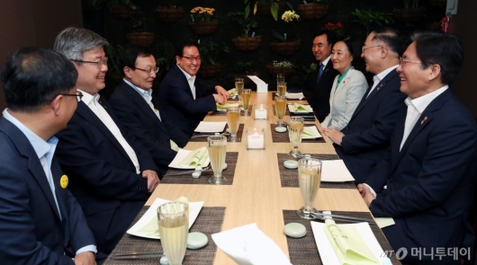 [사진]이해찬 대표, 경제관계부처 장관 회동