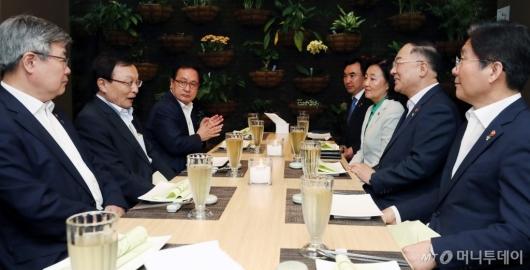 [사진]경제관계부처 장관 만난 이해찬 대표