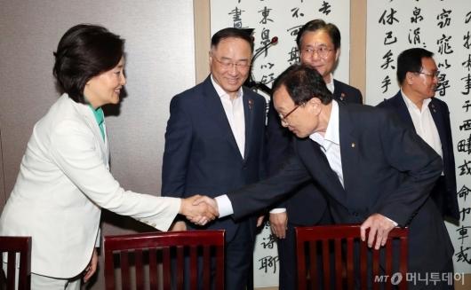 [사진]이해찬 민주당 대표, 경제관계부처 장관 오찬 회동